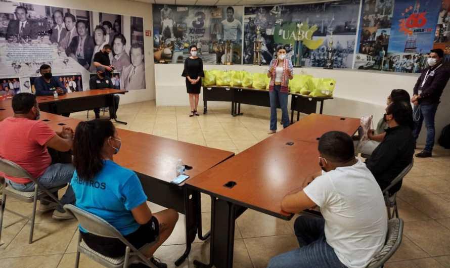 Entrega alcaldesa Marina del Pilar Avila Olmeda apoyos a árbitros deportivos de Mexicali