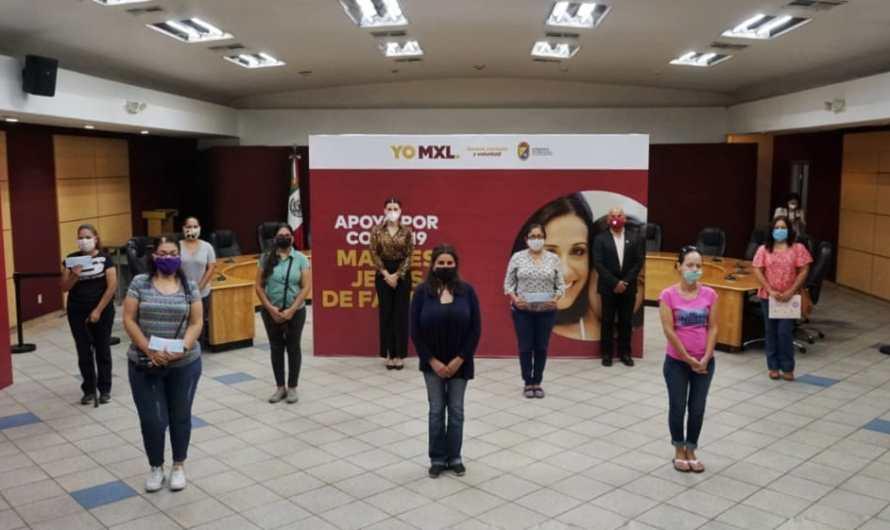 Entrega Marina del Pilar Avila Olmeda apoyos económicos a madres de familia