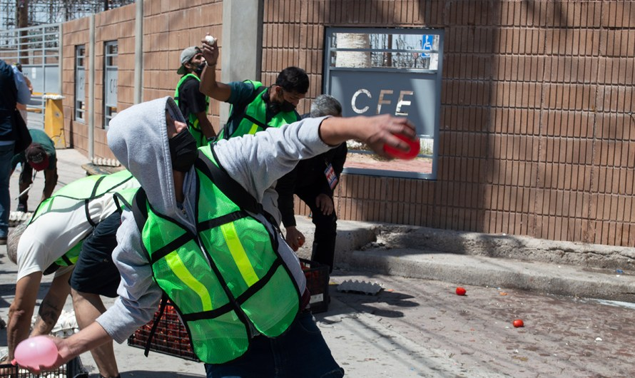 Con huevos, tomates podridos y globos de agua, Frente Cívico Mexicalense bombardea edificio de CFE