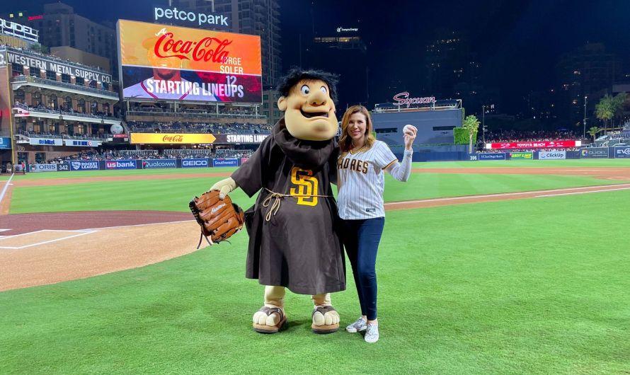 Lanza Marina del Pilar Avila Olmeda la primera bola en juego de los Padres de San Diego