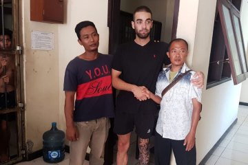 An Australian tradie accused of headbutting a taxi driver in Bali has celebrated his release from jail surrounded by family on his mother's birthday.