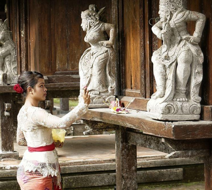 Bali praying