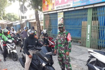 Intoxicated Man Yells at Authorities in Denpasar After Being Told To Wear Face Mask