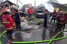Large Fire Injures Two And Destroys Two Houses in Bali