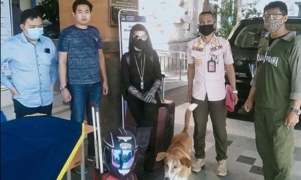 An American woman who was detained by authorities for making resident nervous in Canggu reportedly tried to jump from the second floor of immigration.