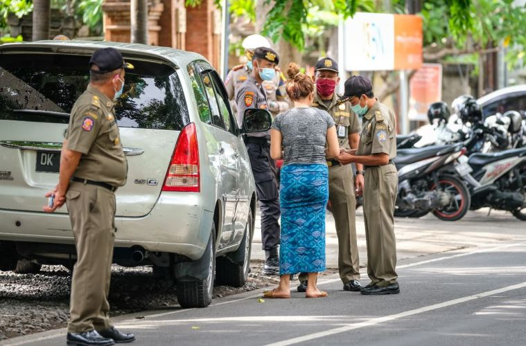 Bali Expats Not Following Mask Protocols And Running From Police in Canggu