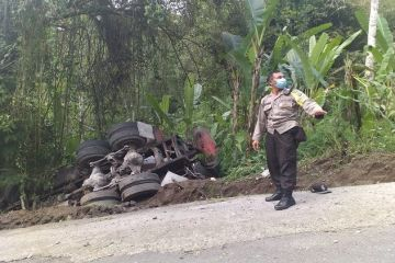 Driver Injured In Accident When Truck Rolls Into Ravine In Bali