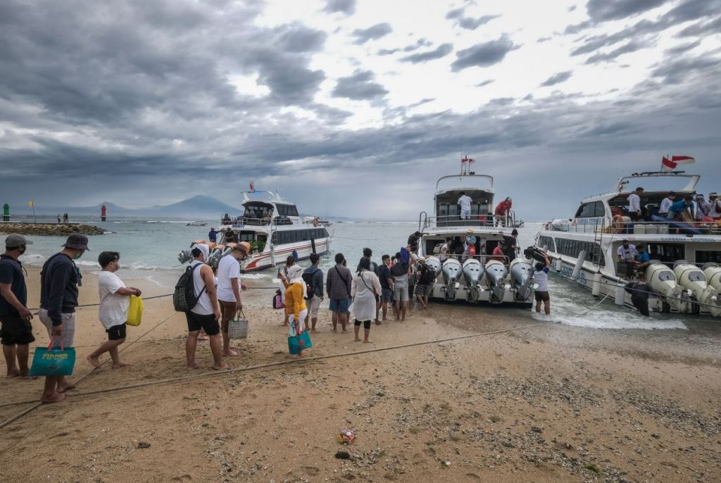 tourists boarding boats to nusa penisa