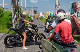 Local Woman Retrieves Cell Phone From Snatchers After Motorbike Chase In Gianyar