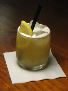 whiskey_sour_poured_on_the_rocks
