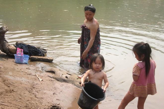 Famille qui se baignent à la rivière, Laos
