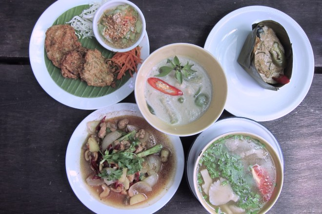 Cinq plats thaïs préparé pour le déjeuner