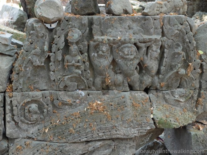 Le site d'Angkor est menacé par le vieillissement accéléré des édifices et par un afflux touristique grandissant.