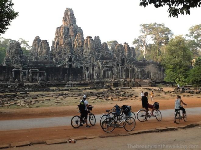 Mieux vaut partir tôt pour sillonner le site d'Angkor à vélo !