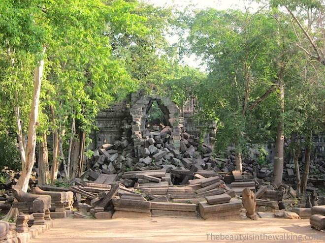 En arrivant, le temple de Bang Mealea nous accueille de toutes ses pierres.