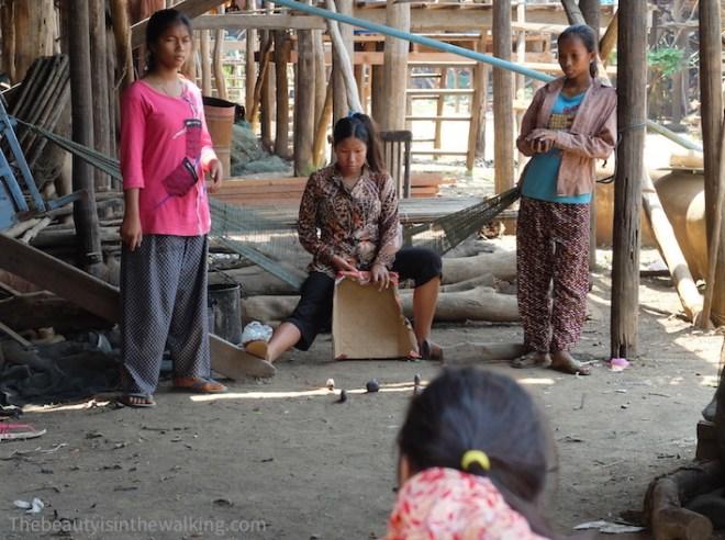Les enfants jouent sous les maisons sur pilotis. Kampong Khleang, lac Tonlé Sap, Cambodge.