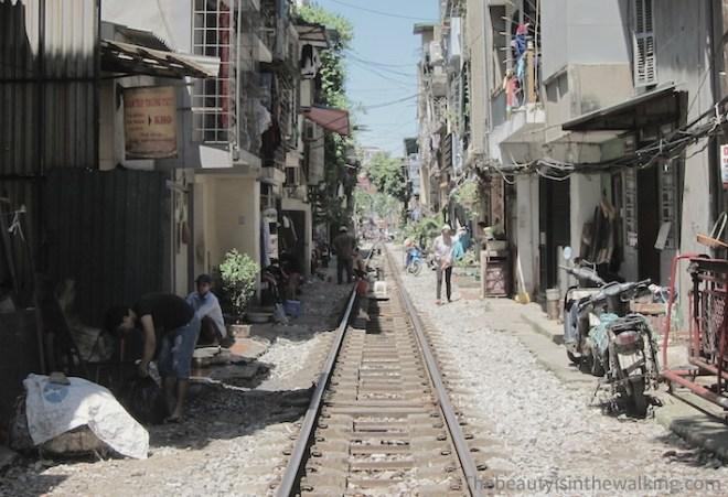Train qui passe entre les maisons