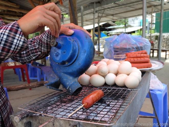 Yen cuit des saucisses de buffles