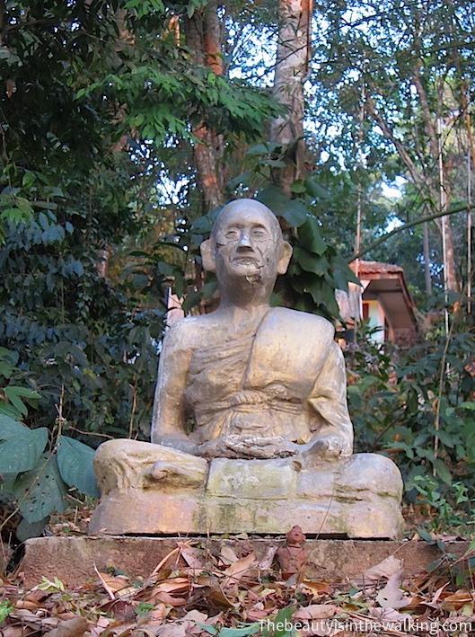 Statue d'un moine en position de méditation