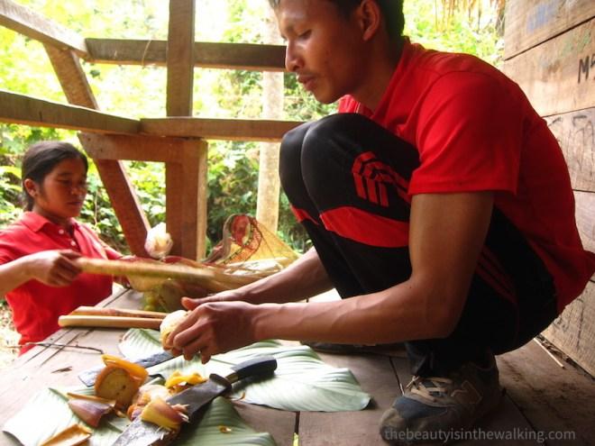 Préparation du repas dans la jungle, Laos