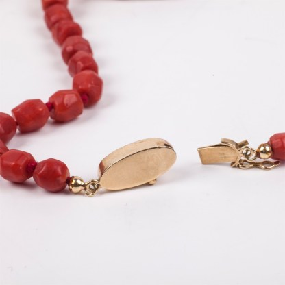 Antique Rose coral necklace with a 18K-0.750 gold lock
