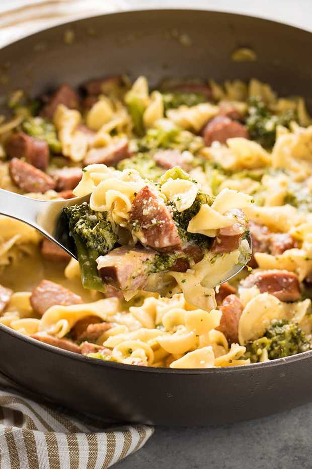 One Pot Cheesy Broccoli Sausage Pasta – An easy and flavorful one pot pasta that is ready to eat in 20 minutes! This hearty one pan dinner is full of delicious smoked sausage, egg noodles, broccoli, and cheese!