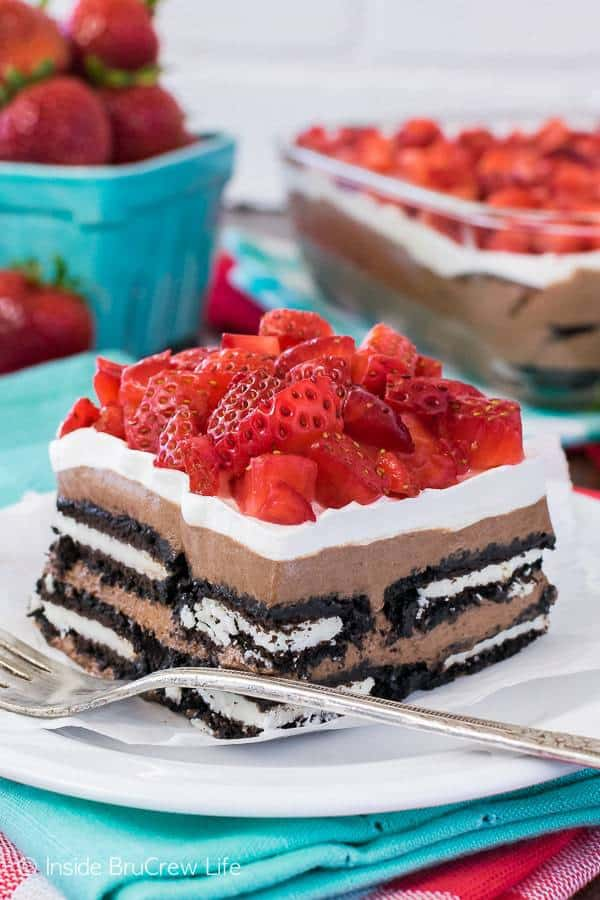 Layers of cookies, chocolate cheesecake, and strawberries make this easy No Bake Nutella Oreo Icebox Cake the perfect summer dessert. Chocolate and no bake always get my attention!