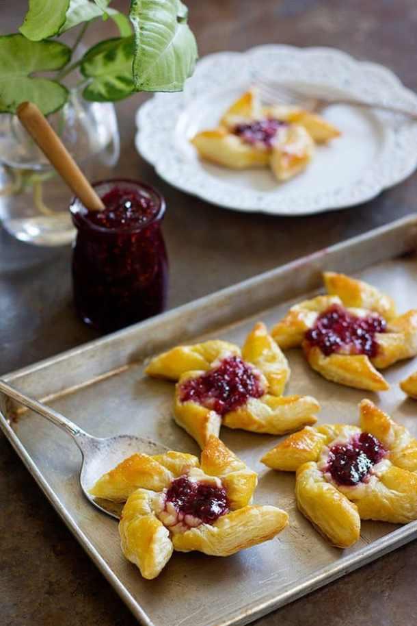 Easy Raspberry Danish--- Part of 30 Breakfast Danishes to Start Mornings off Right