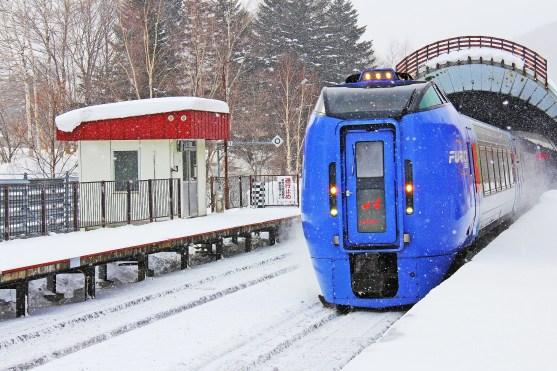 train-2068070_1920