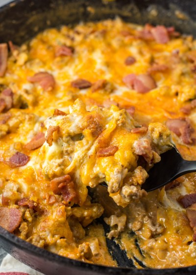 This One Pan Keto Bacon Cheeseburger Skillet has only 2.5 net carbs and is loaded with ground beef, bacon, a creamy sauce and cheese! This keto dinner is ready in under 20 minutes! #keto #onepan