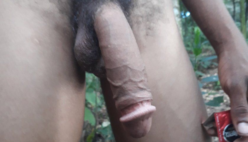 Cafuçu mostrando a rola no matagal