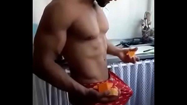 Homem de pau duro no calção sem cueca