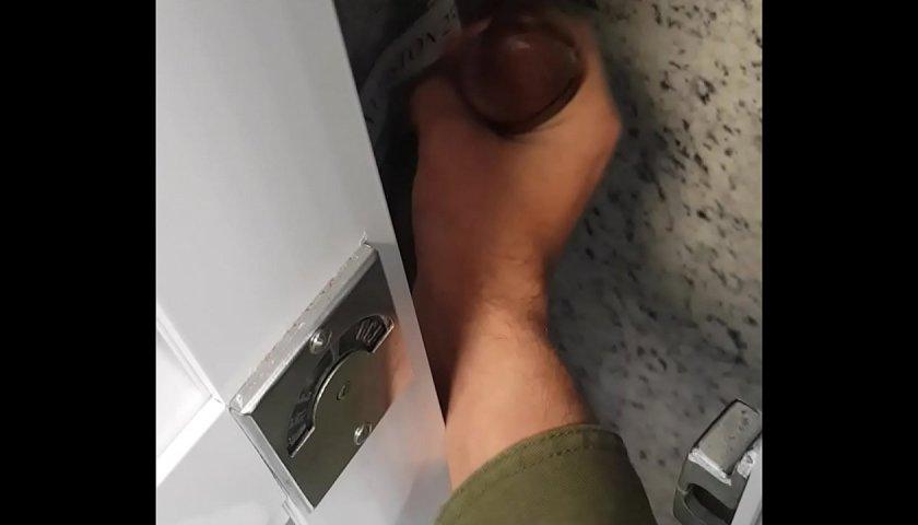 Punhetando roludos no banheirão