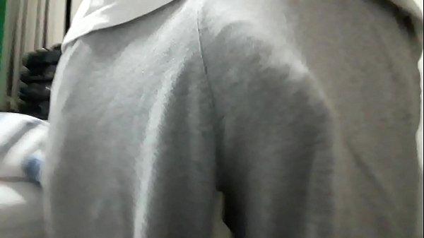 Pau marcado no calção sem cueca