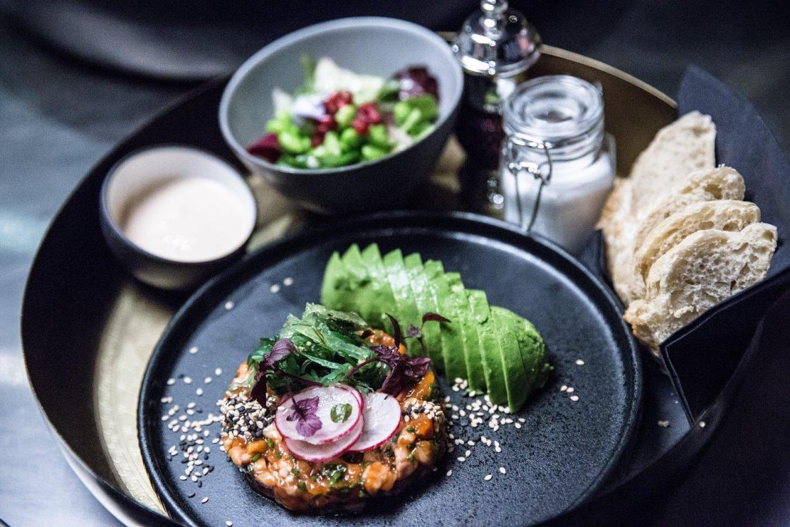 the-better-places-new-restaurant-bar-hamburg-burger-drinks-botanic-district-kuechenfreunde-schoeller-jessie-vonbronewski-gloria-schoeller-helena-reiseblog-travel-blog