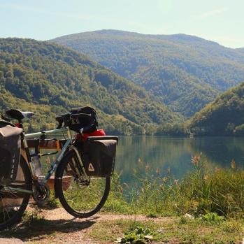 Brief lakeside picnic stop en route to Jajce.