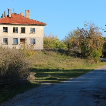 Final town before Matochina comprises one derelict house guarded by a pack of rabid mutts. Promising.