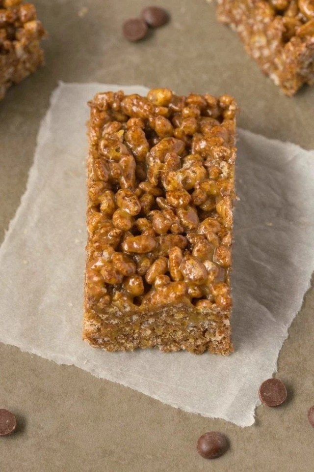 Healthy 3 Ingredient NO BAKE chocolate rice crispy treats which only take 5 minutes- NO butter, NO oil and NO marshmallows- The perfect snack! {vegan, gluten free, dairy free recipe}- thebigmansworld.com