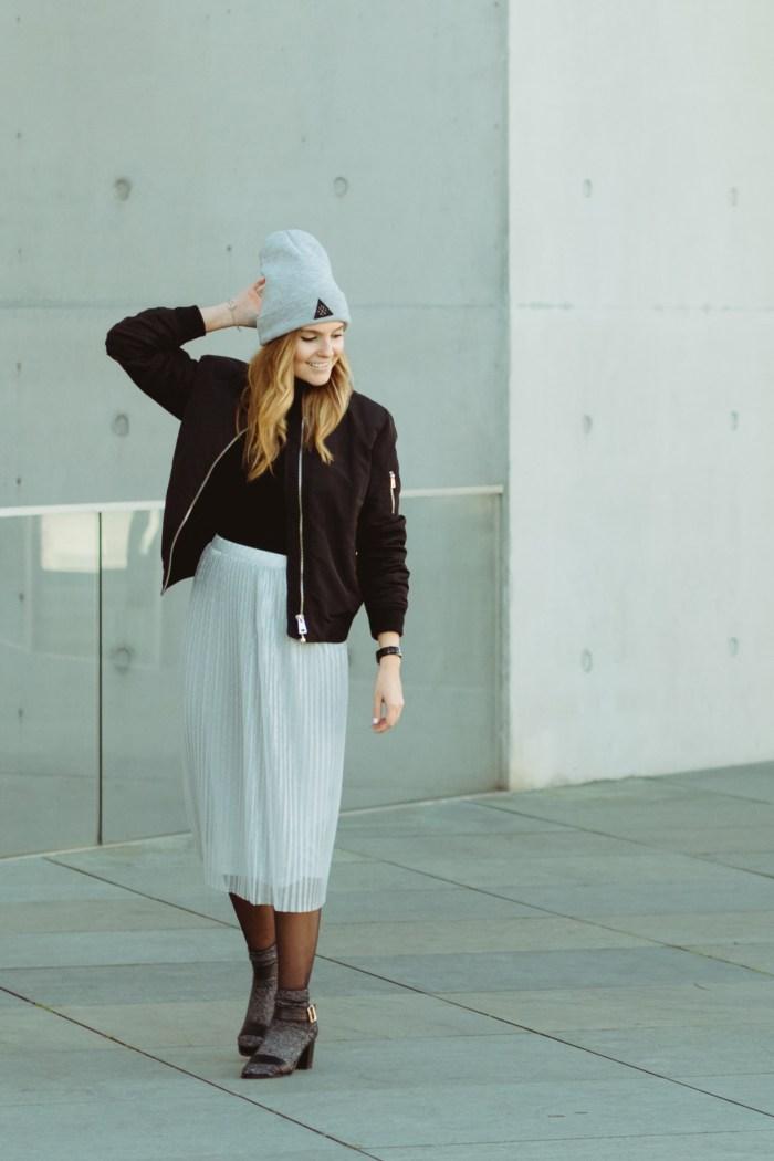Outfit mit Faltenrock und Bomberjacke Plisseerock