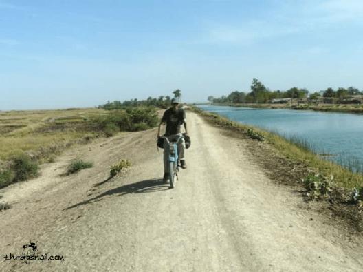 Sur ma mobylette Motobecane sur une piste du Mali