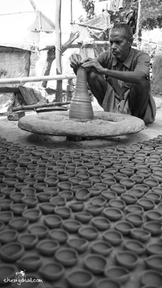 Un pottier fabrique de nombreuses lampes à huile pour la fête de Diwali