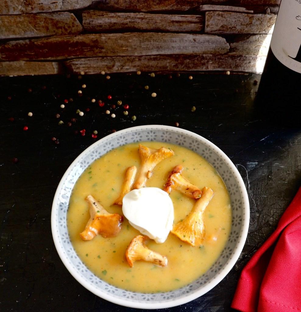 Kartoffelsuppe mit frischen Pfifferlingen und Creme Fraiche