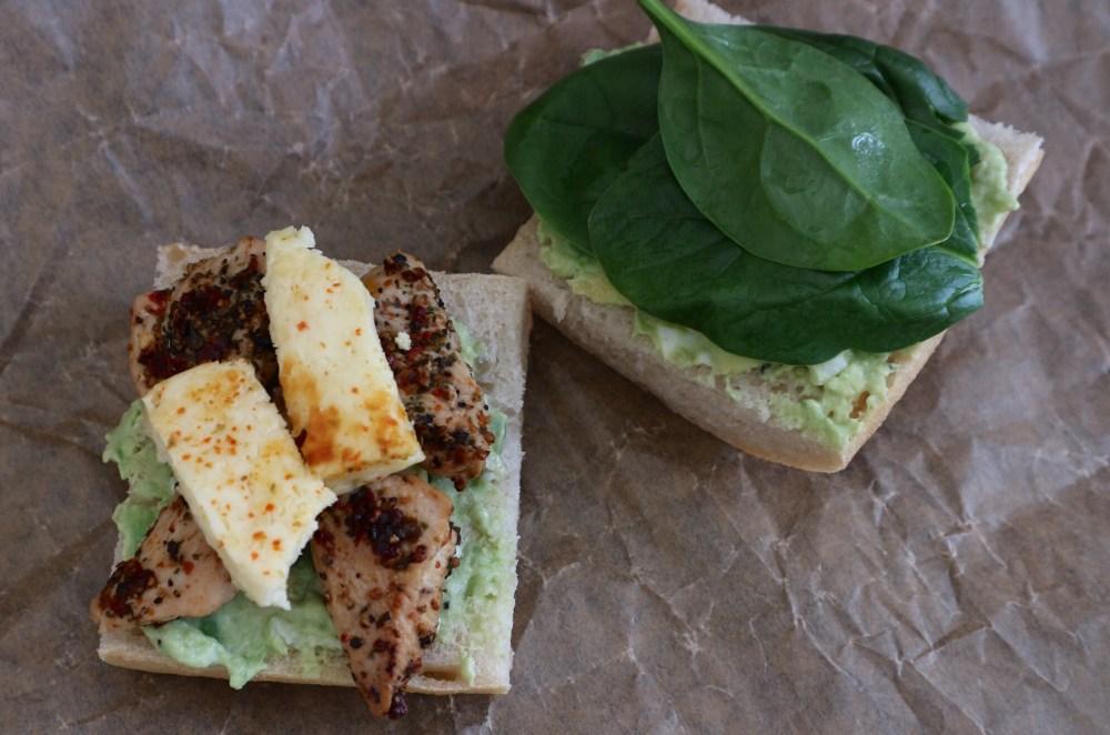 Sandwich mit Huhn, Avocado-Ei Creme, Grillkäse und Spinat