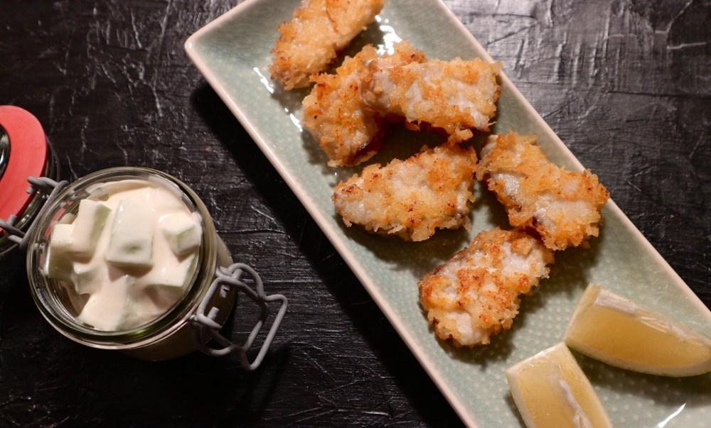 Selbstgemachte Fischstäbchen mit frischem Gurkensalat