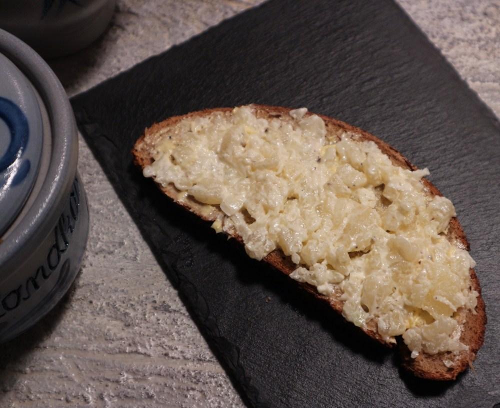 Handkäsetartar auf frischem Brot - unwiderstehlich!
