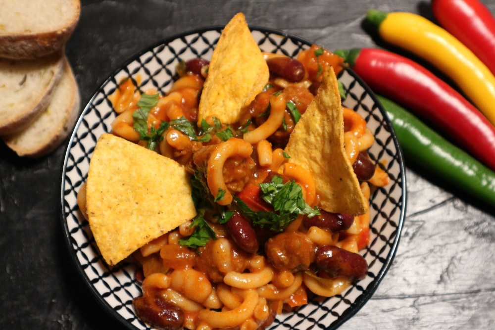 Mexikanischer Chili Eintopf mit Nudeln und Hackbällchen