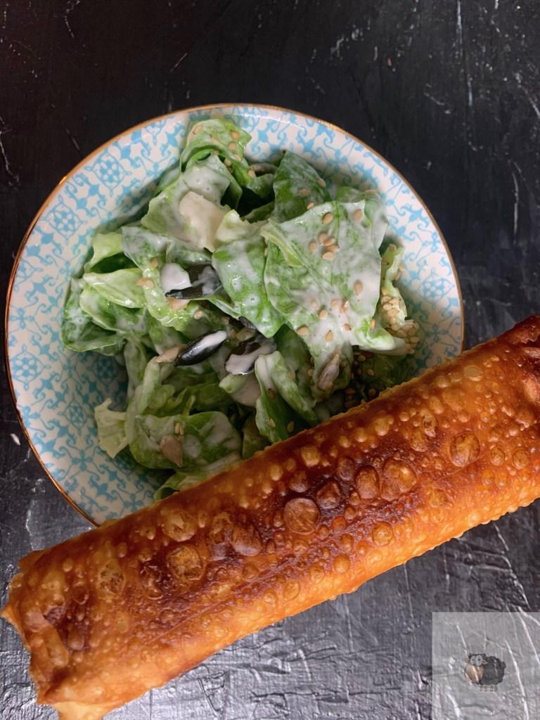 Frischer Salat mit knusprigem Börek