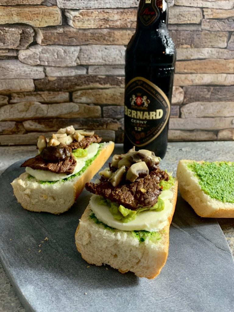 Steak Sandwich - Grünes Pesto, Mozzarella, Avocado, Pilze und natürlich Steakstreifen!