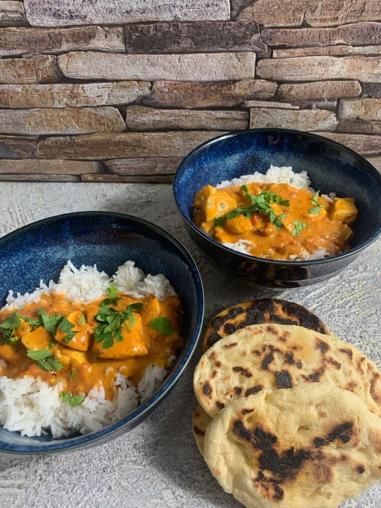 Hühnchen-Tomaten-Curry mit Reis und Naan