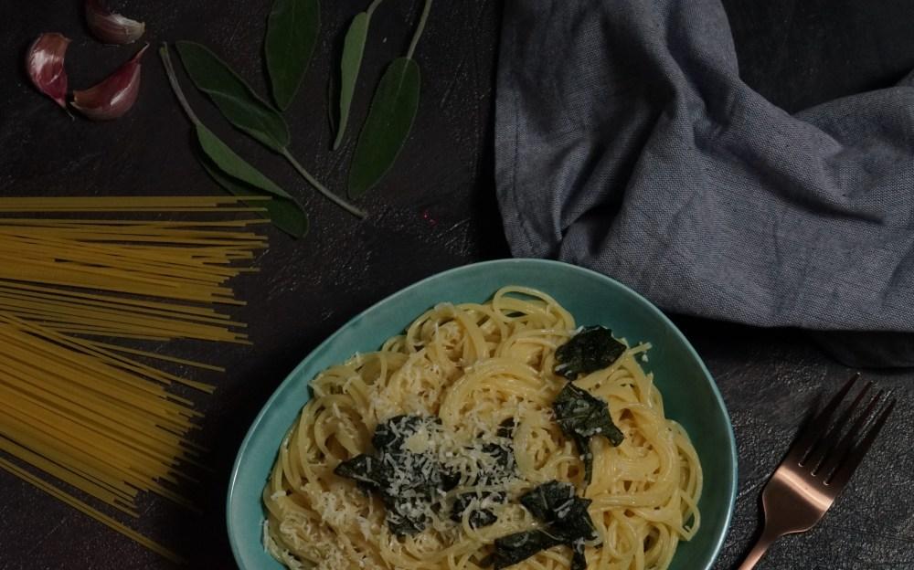 Pasta mit Knoblauch und Salbei